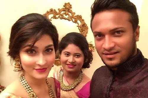 Shakib Al Hasan family photo with sister and wife